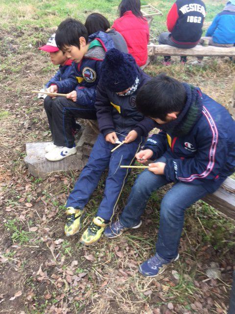 竹を削って箸にする