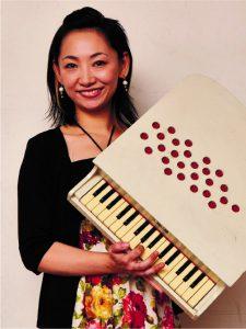 増谷紗絵香 高校時代よりキーボーディストとして演奏活動始め、アメリカ・ニューオリンズでも学ぶ。2017年より「ピアニカ の魔術師」ツアーに参加。優しい音色からアグレッシブな演奏まで曲に合わせた幅広い演奏スタイルが魅力。