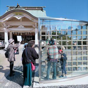岡山神社 ダン・グラハム「木製格子が交差するハーフミラー」