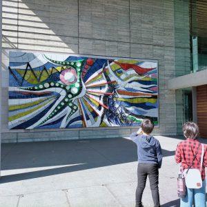 岡本太郎陶板レリーフ「躍進」。以前は岡山駅構内に地味にありましたね。新しい場所を得て、通りがかりの人が次々記念撮影しており、新名所の予感。