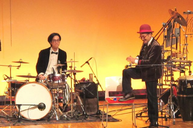 ドラムSEAI&パーカッションTOY森松のコンビ。ユーモアもたっぷり。